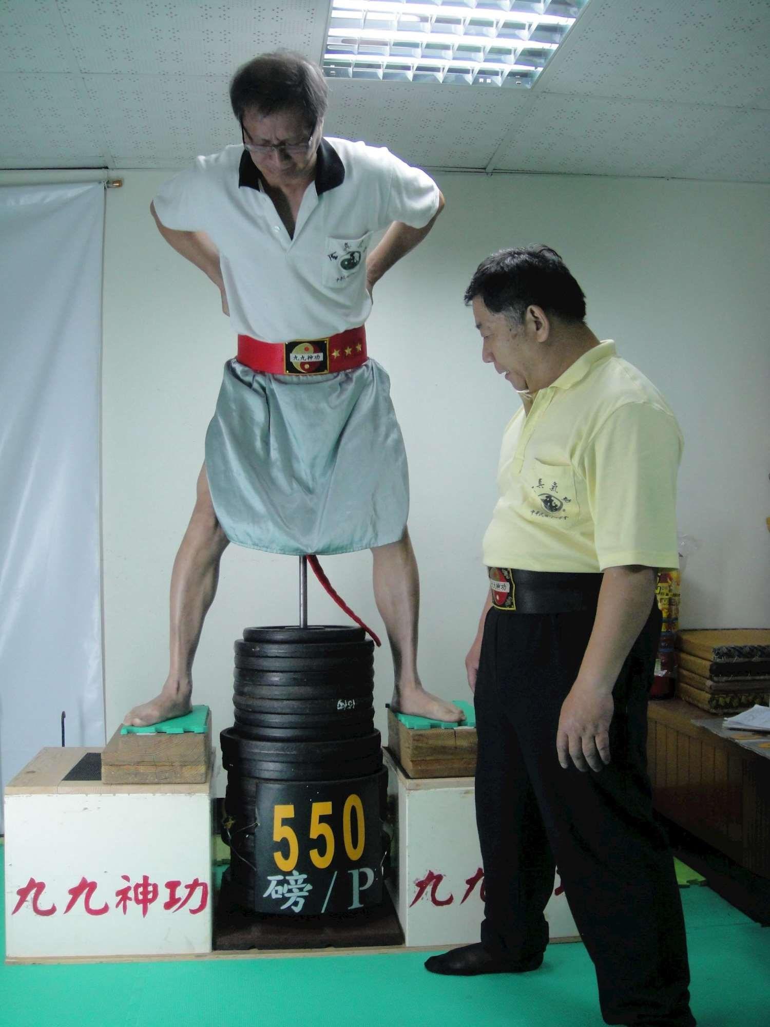 吊550磅的林師兄.jpg