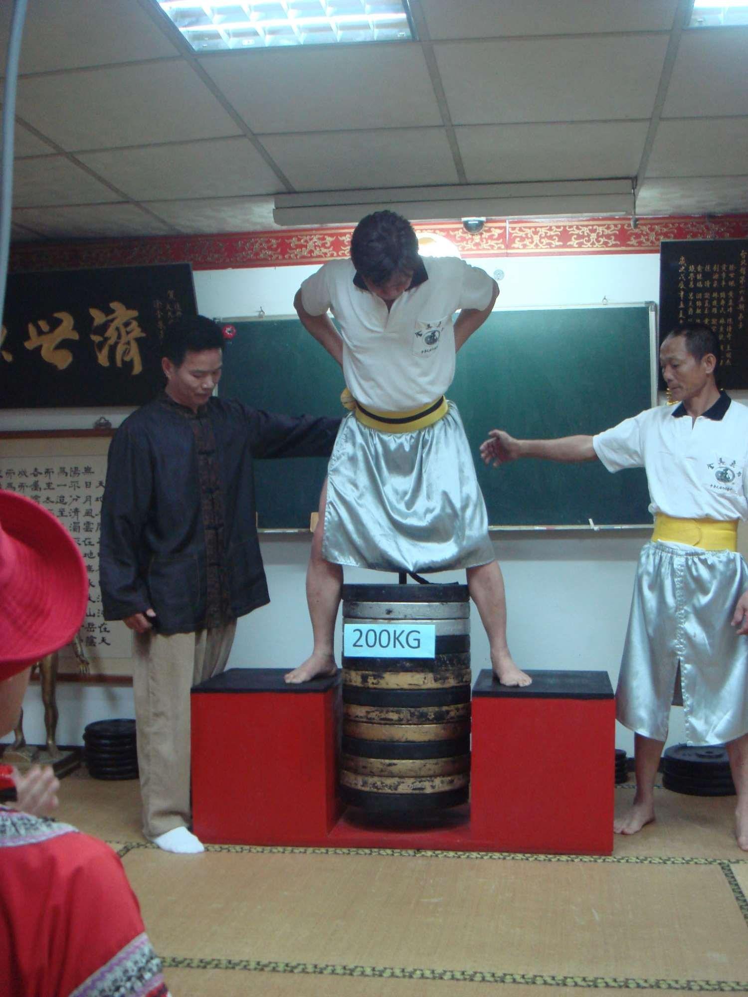吊200公斤的黃教練.JPG
